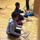 練習用の模擬太鼓(板)でリズムの復習